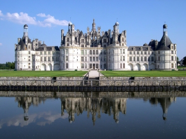 Chambord dates from 1519 - it is truly spectacular, more than 300 rooms