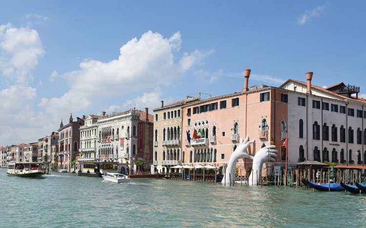 Lorenzo Quinn's sculpture dominates the facade of Ca'Sagredo, Venice - Biennale 2017