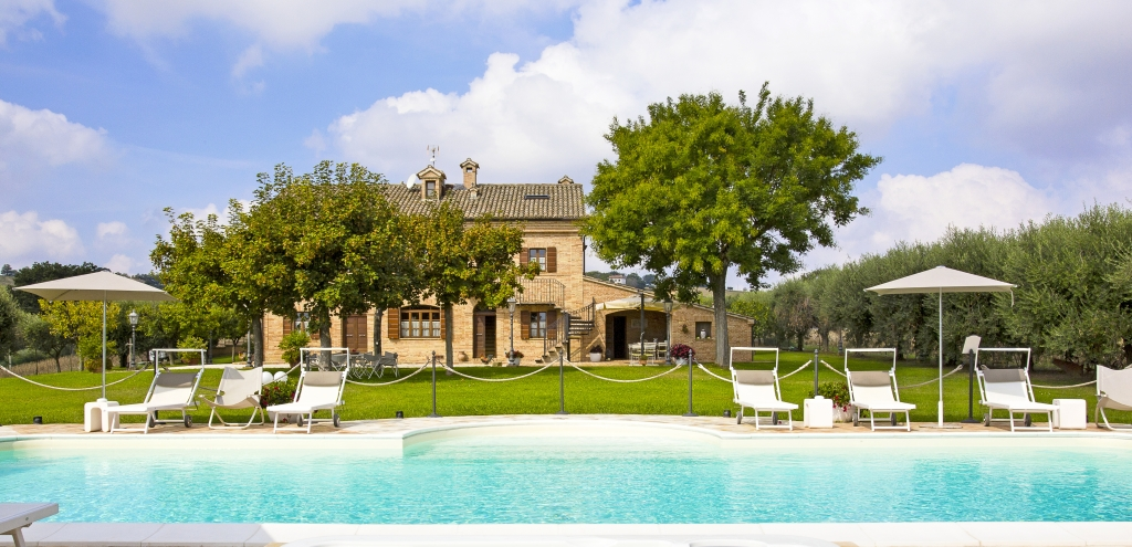 Villa Pedossa - view from pool to house